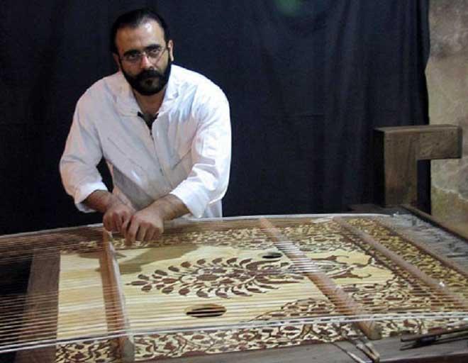 سازنده ساز فرش قزوین سیف الله شکری است.